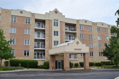 Lombard Condo/Townhouse Contingent: 2240 Grace Court #208