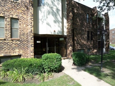 Woodridge Condo/Townhouse Contingent: 2208 Country Club Drive #26