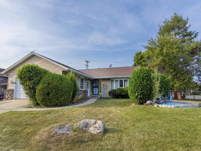 Streamwood Single Family Home For Sale: 2 Woodridge Lane