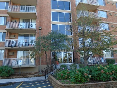 Lombard Condo/Townhouse For Sale: 2200 South Stewart Avenue #2-M