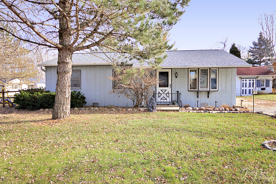 McHenry IL Single Family Home For Sale: $139,900