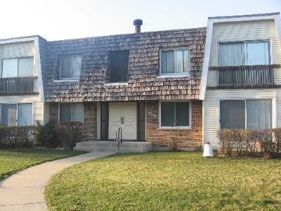 Du Page County Condo/Townhouse Re-Activated: 3018 Roberts Drive #7
