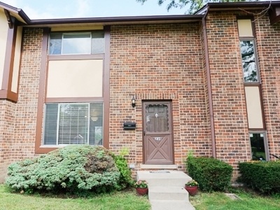 Condo/Townhouse Contingent: 18w234 Knollwood Lane