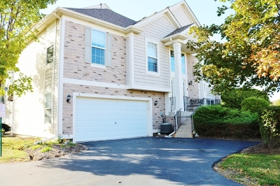 Shorewood Condo/Townhouse For Sale: 925 Summit Creek Drive