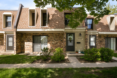 Woodridge Condo/Townhouse For Sale: 2008 Country Club Drive