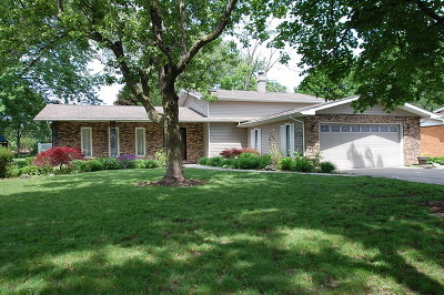 Shorewood Single Family Home For Sale: 301 Arrowhead Drive