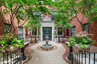 Condo/Townhouse New: 444 West Roslyn Place #3C