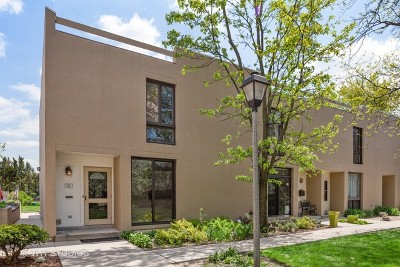 Elmhurst Condo/Townhouse For Sale: 12 Oak Tree Court