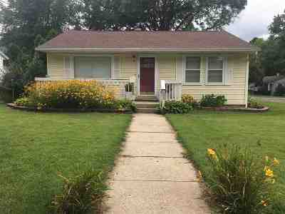 Jacksonville IL Single Family Home For Sale: $120,000