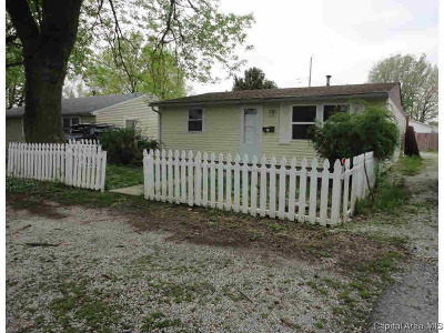 Taylorville Single Family Home For Sale: 17 E Lawn