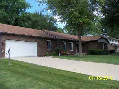 Jacksonville IL Single Family Home For Sale: $165,000