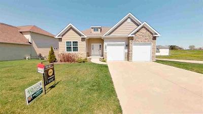 Le Claire Single Family Home For Sale: 94 Cobblestone