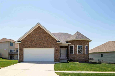 Le Claire Single Family Home For Sale: 4 Greystone