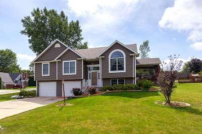 Eldridge Single Family Home For Sale: 102 Shawnee