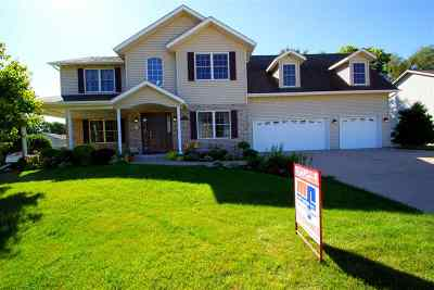 Le Claire Single Family Home For Sale: 692 Clover Hill