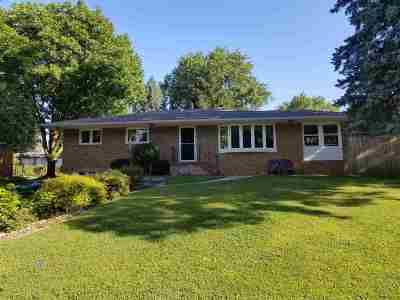 Clinton Single Family Home For Sale: 1912 Circle Dr S