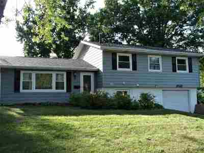 Bettendorf Single Family Home For Sale: 2022 Fairmeadows
