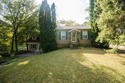 Le Claire Single Family Home For Sale: 450 2nd St Pl