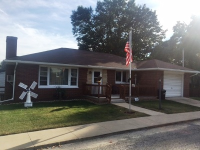 Lost Nation IA Single Family Home For Sale: $95,000