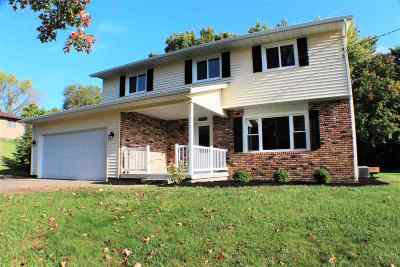 Bettendorf Single Family Home For Sale: 3933 Valley View