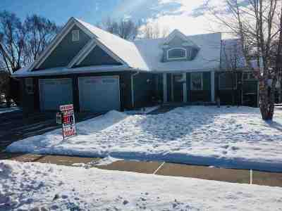 Le Claire Single Family Home For Sale: 696 Clover Hill