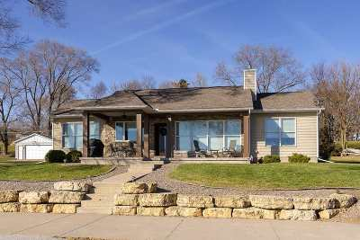 Le Claire Single Family Home For Sale: 819 Canal Shore Dr SW