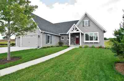 Bettendorf Single Family Home For Sale: 4617 Cottage