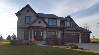 Bettendorf Single Family Home For Sale: 6898 Summerfield