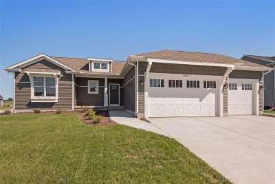 bettendorf Single Family Home For Sale: 5471 Emily