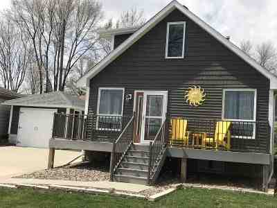 Le Claire Single Family Home For Sale: 724 Canal Shore Dr SW