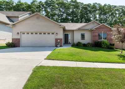 Le Claire Single Family Home For Sale: 9 Musket Court