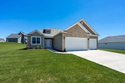 Le Claire Single Family Home For Sale: 31 Blackstone Creek