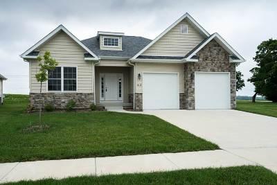 Le Claire Single Family Home For Sale: 62 Cobblestone Lane