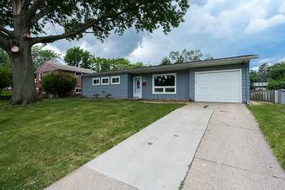 Bettendorf Single Family Home For Sale: 1504 Lakewood