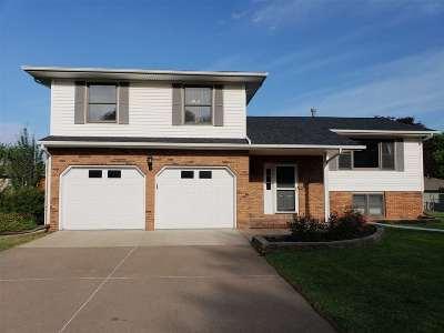 Bettendorf Single Family Home For Sale: 4334 Carlton
