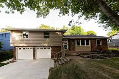 Bettendorf Single Family Home For Sale: 4125 Rolling Hills Drive