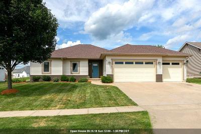 Le Claire Single Family Home For Sale: 19 Blackstone Way