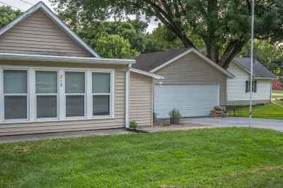 Le Claire Single Family Home For Sale: 218 Davenport Street