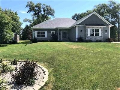 Bettendorf Single Family Home For Sale: 3745 Moencks Road