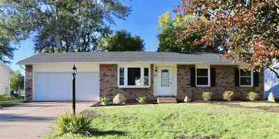 Eldridge Single Family Home For Sale: 206 S Park View Drive