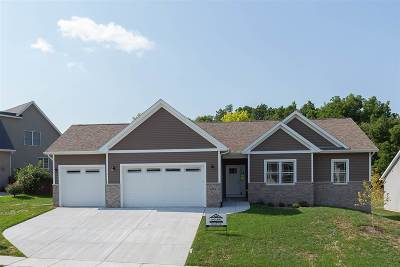 Le Claire Single Family Home For Sale: 695 Clover Hill Lane