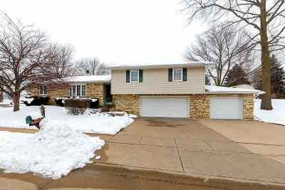 Bettendorf Single Family Home For Sale: 4615 Apple Valley Drive