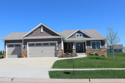 Le Claire Single Family Home For Sale: 45 Country Club Court