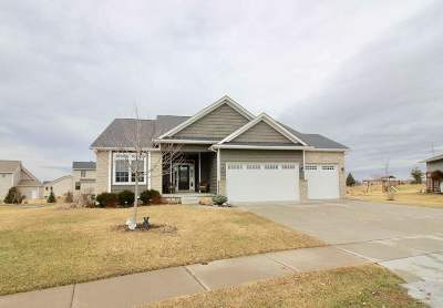 bettendorf Single Family Home For Sale: 5890 Emily Road