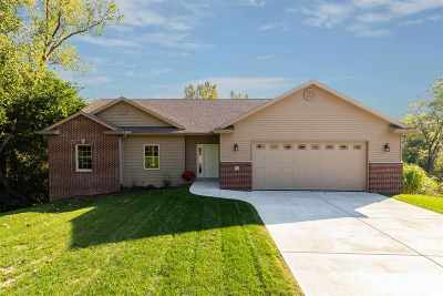 Le Claire Single Family Home For Sale: 22 Musket Court