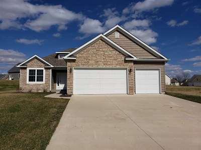 Le Claire Single Family Home For Sale: 31 Blackstone Circle