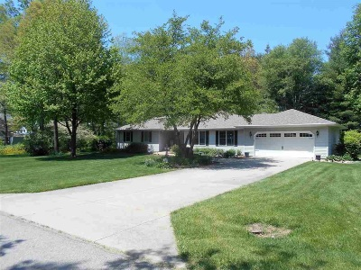 Plymouth Single Family Home For Sale: 15216 Yorksshire Drive