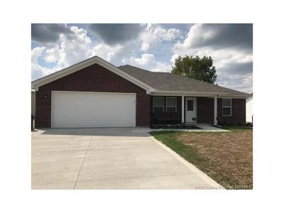 Scott County Single Family Home For Sale: 1227 N Solar Street