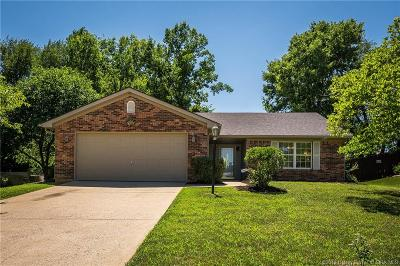 Jeffersonville Single Family Home For Sale: 1100 Sandstone Drive