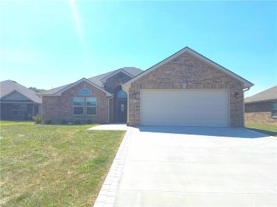 Grain Valley Single Family Home Contingent: 1701 NW Creekland Drive